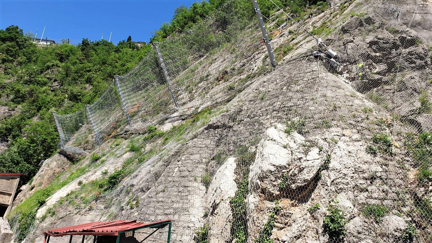 zaštita stijenskog pokosa - izvedena barijera za zaštitu od odrona